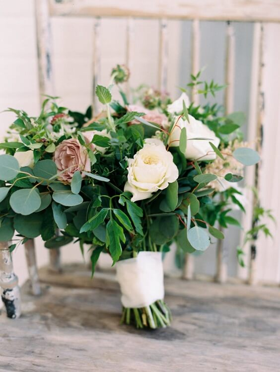 green white bouquet for fall wedding colors 2022 green and grey