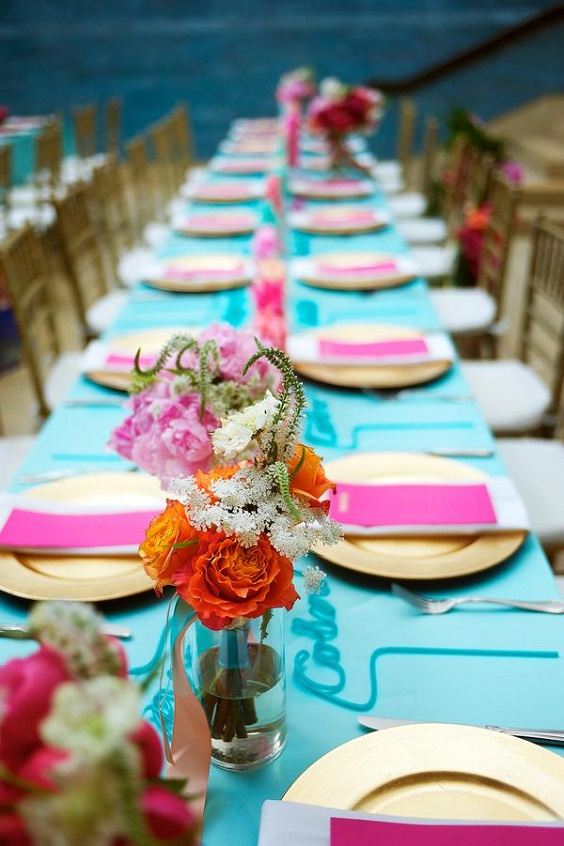 turquoise weddint tablecloth gold plate fuschia napkins for sping wedding colors 2022 fuschia turquoise gold colors